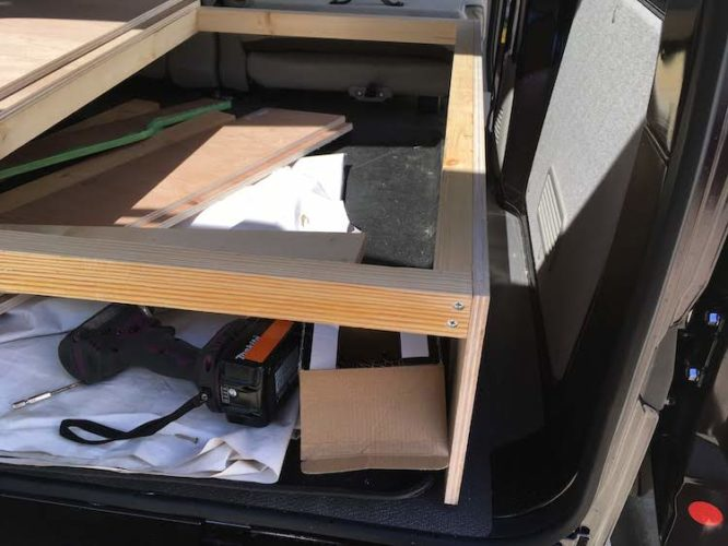 木材でベッド作り